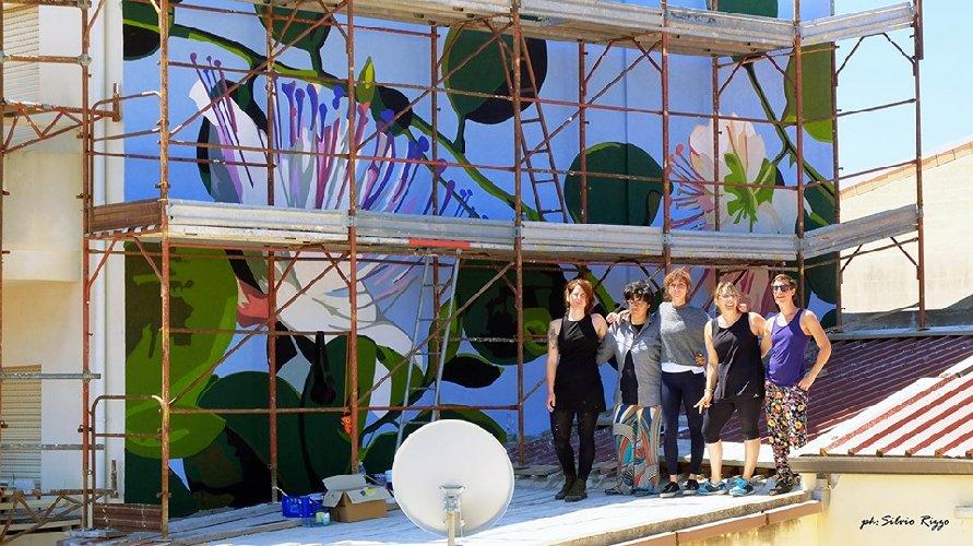 https://www.ragusanews.com//immagini_articoli/06-06-2019/1559812570-a-punta-secca-un-murales-al-femminile-omaggia-le-api-1-500.jpg