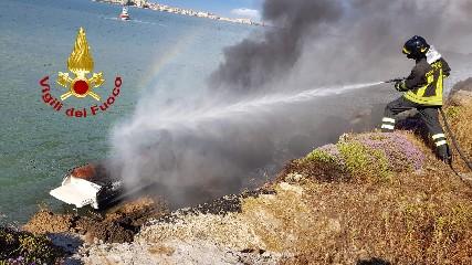 https://www.ragusanews.com//immagini_articoli/06-06-2020/barca-prende-fuoco-diportisti-si-tuffano-in-mare-240.jpg