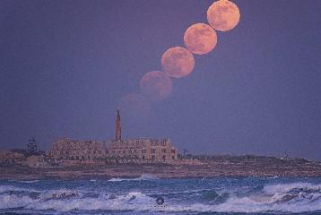 https://www.ragusanews.com//immagini_articoli/06-06-2020/lo-spettacolo-della-luna-a-sampieri-240.jpg