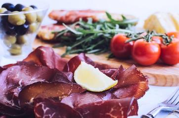 https://www.ragusanews.com//immagini_articoli/06-06-2020/perdere-una-taglia-in-due-settimane-con-la-dieta-della-bresaola-240.jpg