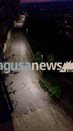 http://www.ragusanews.com//immagini_articoli/06-07-2017/luce-zona-sottostante-corso-kennedy-500.jpg