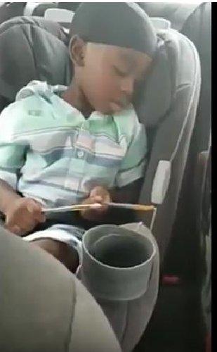 https://www.ragusanews.com//immagini_articoli/06-07-2018/bambino-suona-batteria-mentre-dorme-video-500.jpg