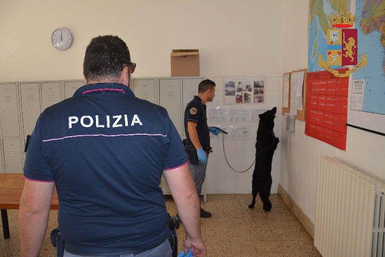 https://www.ragusanews.com//immagini_articoli/06-07-2018/ragusa-sequestrata-droga-centro-accoglienza-migranti-500.jpg