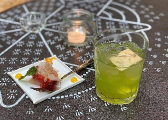 https://www.ragusanews.com//immagini_articoli/06-07-2020/1594032334-kistology-l-arte-dei-cocktail-a-km-0-racchiusa-in-un-bicchiere-a-taormina-1-240.jpg