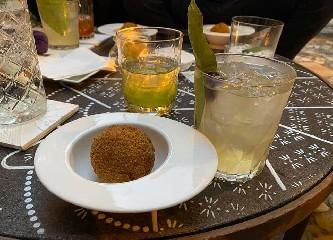 https://www.ragusanews.com//immagini_articoli/06-07-2020/1594032738-kistology-l-arte-dei-cocktail-a-km-0-racchiusa-in-un-bicchiere-a-taormina-1-240.jpg