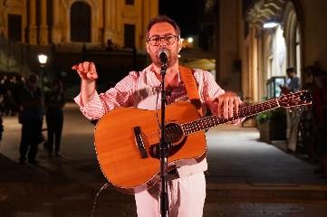 https://www.ragusanews.com//immagini_articoli/06-07-2020/mario-incudine-canta-l-amore-a-ragusa-ibla-240.jpg