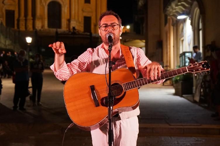https://www.ragusanews.com//immagini_articoli/06-07-2020/mario-incudine-canta-l-amore-a-ragusa-ibla-500.jpg