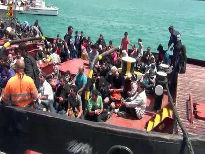 http://www.ragusanews.com//immagini_articoli/06-08-2014/mille-migranti-sbarcati-a-pozzallo-6-bimbi-in-ospedale-500.jpg