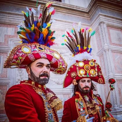 http://www.ragusanews.com//immagini_articoli/06-08-2016/le-maschere-siciliane-del-carnevale-di-venezia-a-scicli-420.jpg