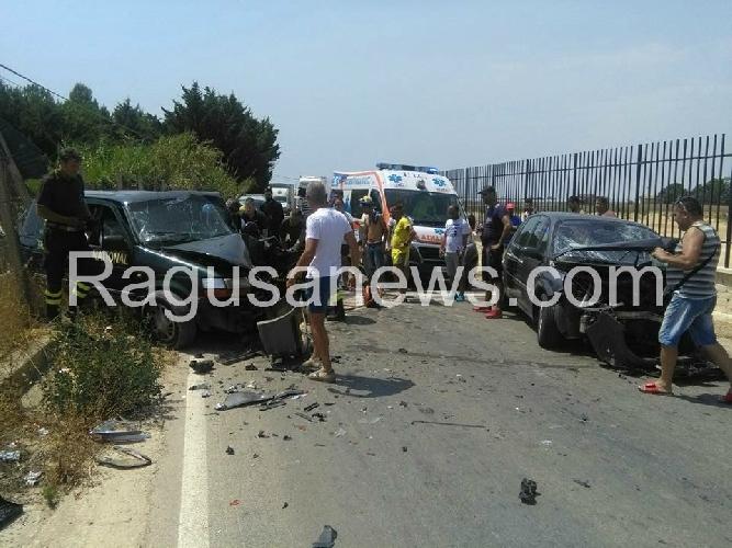 http://www.ragusanews.com//immagini_articoli/06-08-2017/incidente-feriti-vittoriamarina-acate-500.jpg