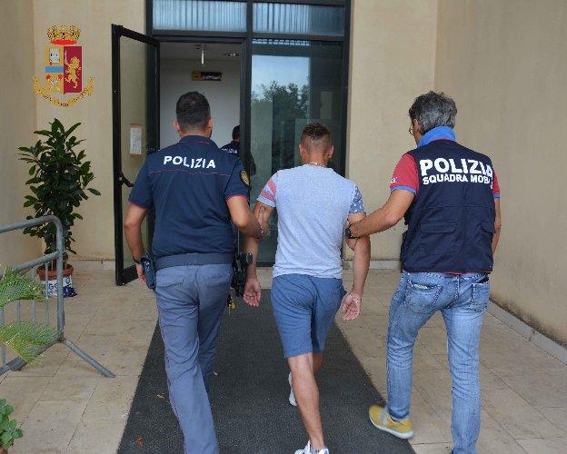 https://www.ragusanews.com//immagini_articoli/06-08-2018/arrestata-coppia-corrieri-rumeni-trasportava-cocaina-500.jpg