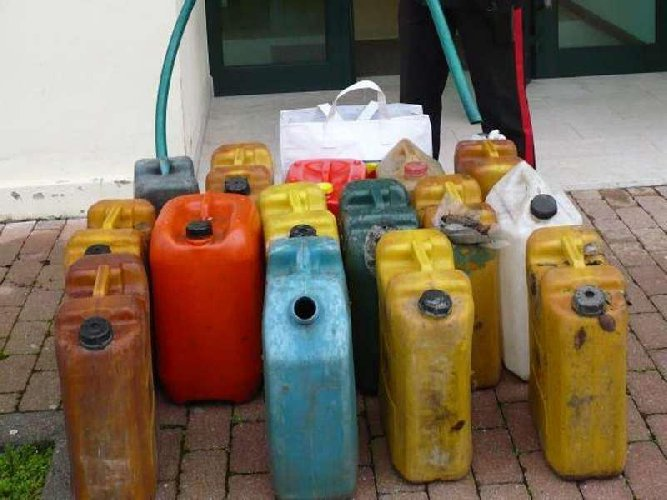 https://www.ragusanews.com//immagini_articoli/06-08-2018/tentato-furto-benzina-danni-ditta-autotrasporti-500.jpg