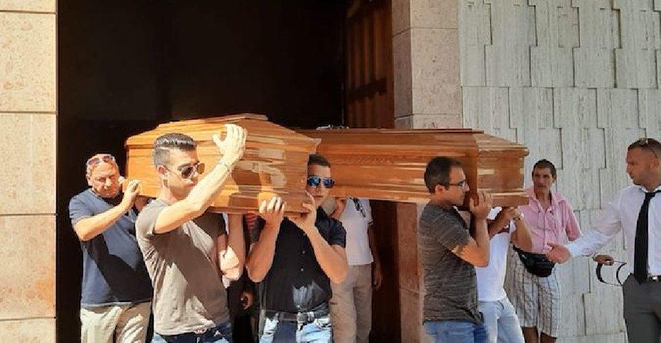 https://www.ragusanews.com//immagini_articoli/06-08-2019/celebrati-i-funerali-dei-coniugi-siracusani-morti-in-un-incidente-500.jpg