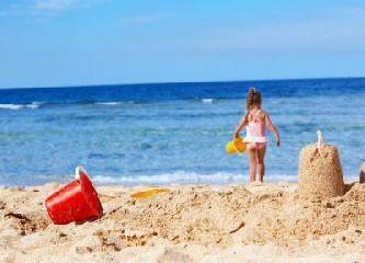 https://www.ragusanews.com//immagini_articoli/06-08-2020/bimba-di-4-anni-si-punge-con-un-ago-abbandonato-in-spiaggia-240.jpg