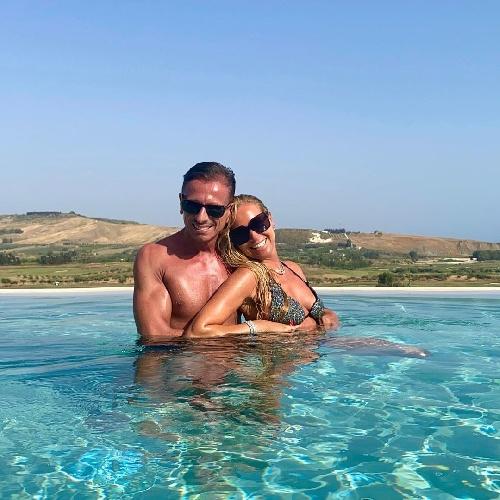 https://www.ragusanews.com//immagini_articoli/06-08-2021/federica-panicucci-e-compagno-in-sicilia-per-stare-in-piscina-video-500.jpg