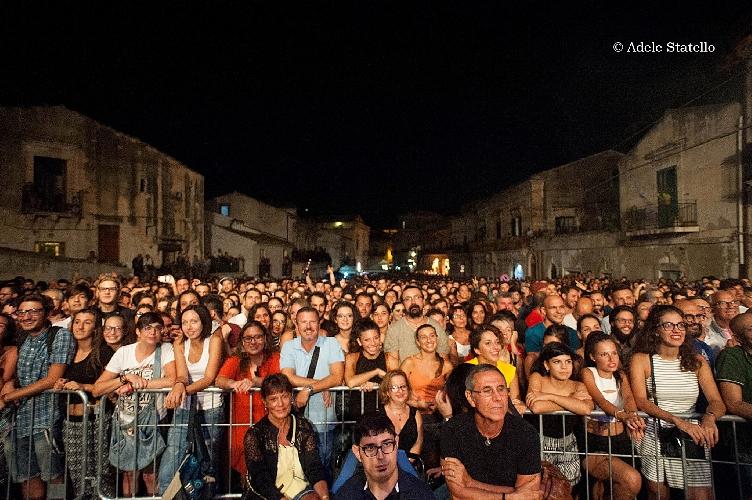 http://www.ragusanews.com//immagini_articoli/06-09-2015/la-taranta-e-una-danza-pensata-per-chi-si-fidanza-500.jpg