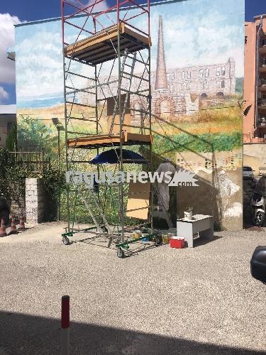 https://www.ragusanews.com//immagini_articoli/06-09-2017/murales-viale-europa-ritrae-pisciotto-500.jpg