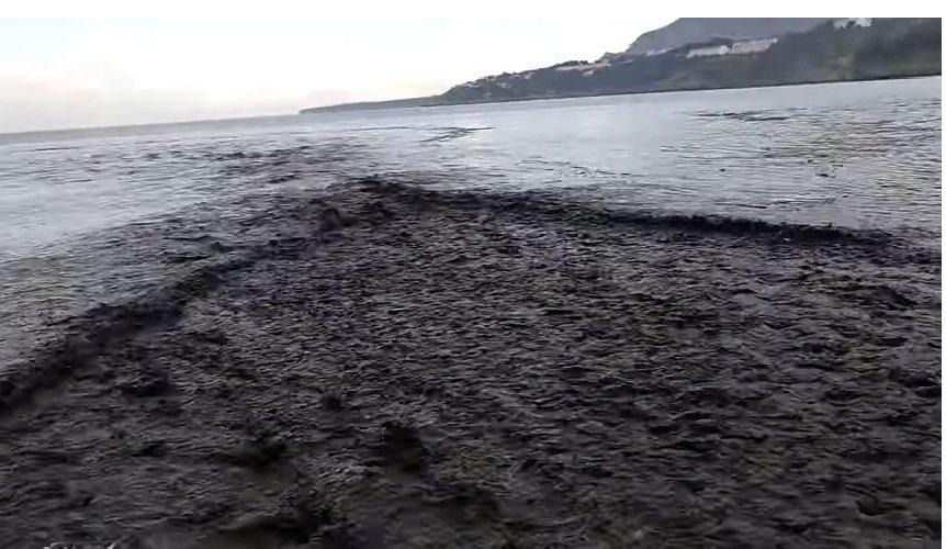 https://www.ragusanews.com//immagini_articoli/06-09-2018/acque-nere-baia-cataldo-pesci-muoiono-diretta-video-500.jpg