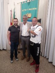 https://www.ragusanews.com//immagini_articoli/06-09-2018/luca-farinella-campione-italiano-bodybuilding-ricevuto-comune-240.jpg