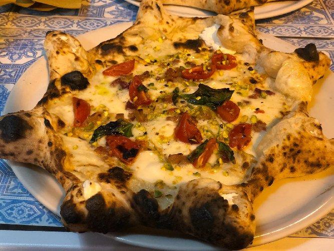 https://www.ragusanews.com//immagini_articoli/06-09-2018/napoli-dopo-aver-assaggiato-questa-pizza-potete-anche-morire-felici-foto-500.jpg