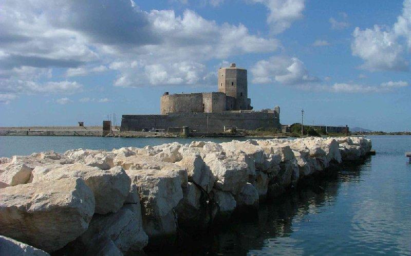 https://www.ragusanews.com//immagini_articoli/06-09-2018/trapani-bando-concessione-castello-colombaia-500.jpg