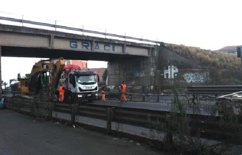 https://www.ragusanews.com//immagini_articoli/06-09-2019/camion-si-incastra-il-ponte-si-deve-demolirlo-500.jpg
