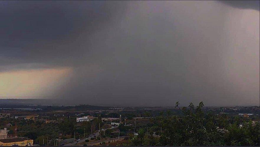 https://www.ragusanews.com//immagini_articoli/06-09-2019/ecco-la-bomba-d-acqua-su-pozzallo-la-nuvola-di-fantozzi-500.jpg