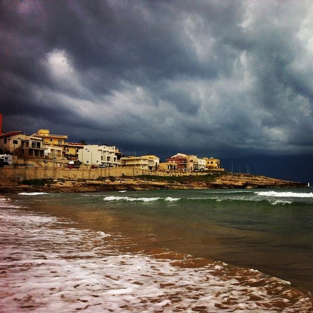 https://www.ragusanews.com//immagini_articoli/06-10-2014/1412610730-1-noi-in-barca-travolti-dalla-tromba-marina-video.jpg