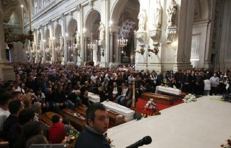 https://www.ragusanews.com//immagini_articoli/06-11-2018/funerali-morti-casteldaccia-familiare-sente-male-chiesa-500.jpg