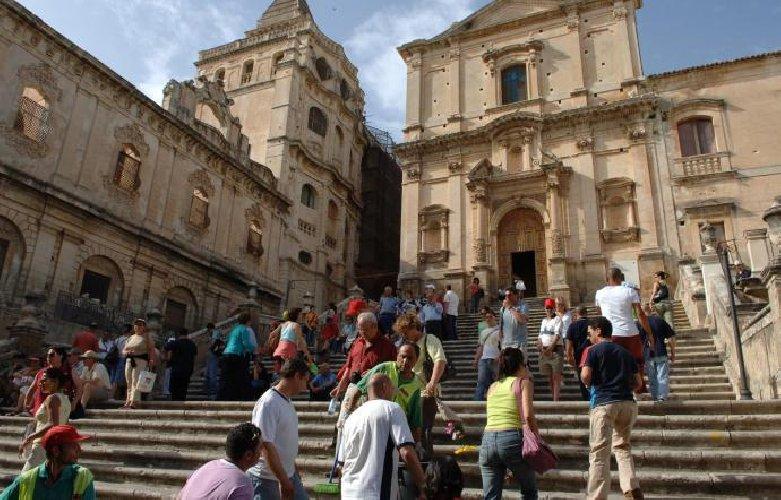 https://www.ragusanews.com//immagini_articoli/06-11-2018/sicilia-snobbata-italiani-aumenta-turismo-stranieri-500.jpg
