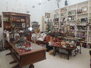 http://www.ragusanews.com//immagini_articoli/06-12-2017/modica-alta-chiude-negozio-svendita-natalizia-240.jpg