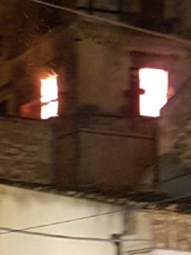 http://www.ragusanews.com//immagini_articoli/06-12-2017/modica-incendio-casa-vicino-pietro-500.jpg