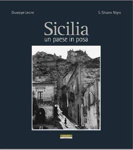 https://www.ragusanews.com//immagini_articoli/06-12-2018/sicilia-paese-posa-libro-giuseppe-leone-500.jpg