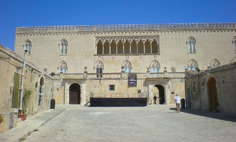 http://www.ragusanews.com//immagini_articoli/07-01-2015/castello-di-donnafugata-chiuso-turisti-delusi-500.jpg