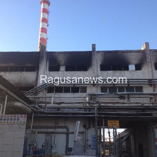 http://www.ragusanews.com//immagini_articoli/07-01-2016/incendio-al-petrolchimico-di-ragusa-500.jpg