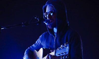 https://www.ragusanews.com//immagini_articoli/07-01-2019/andre-artista-misterioso-rivivere-faber-cantando-trap-240.jpg