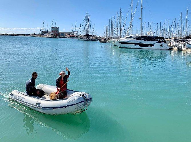 https://www.ragusanews.com//immagini_articoli/07-01-2020/yacht-no-gommone-la-befana-al-porto-500.jpg