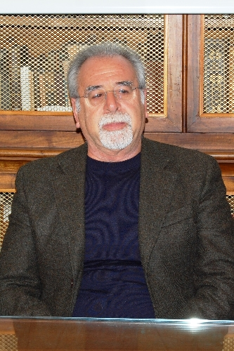 http://www.ragusanews.com//immagini_articoli/07-02-2014/roberto-nobile-vi-racconto-lo-spot-sui-tetti-colorati-di-ragusa-video-500.jpg