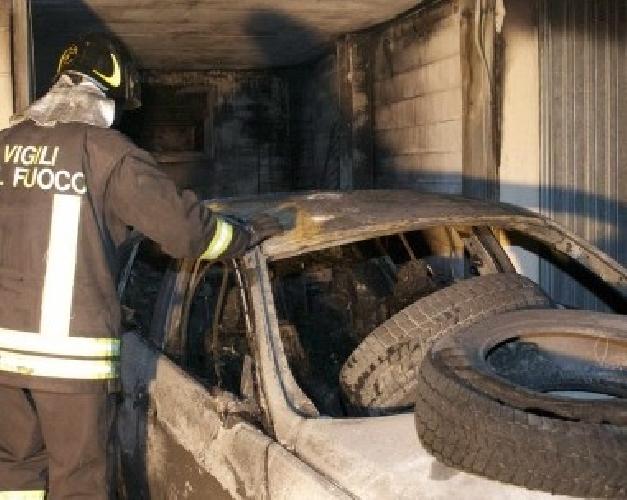 https://www.ragusanews.com//immagini_articoli/07-02-2015/a-fuoco-auto-in-garage-500.jpg