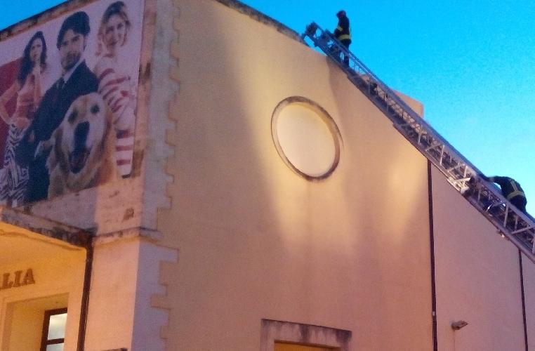 http://www.ragusanews.com//immagini_articoli/07-02-2015/il-forte-vento-danneggia-cornicione-cinema-italia-500.jpg
