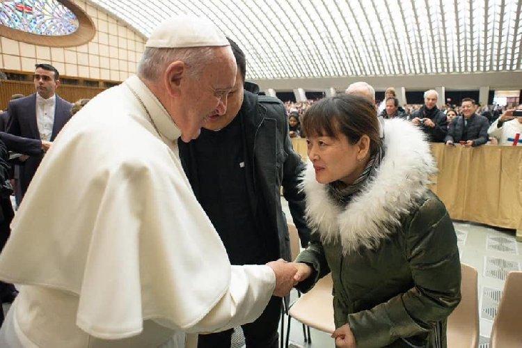 https://www.ragusanews.com//immagini_articoli/07-02-2020/papa-francesco-ha-incontrato-la-cinese-cui-diede-lo-schiaffetto-500.jpg
