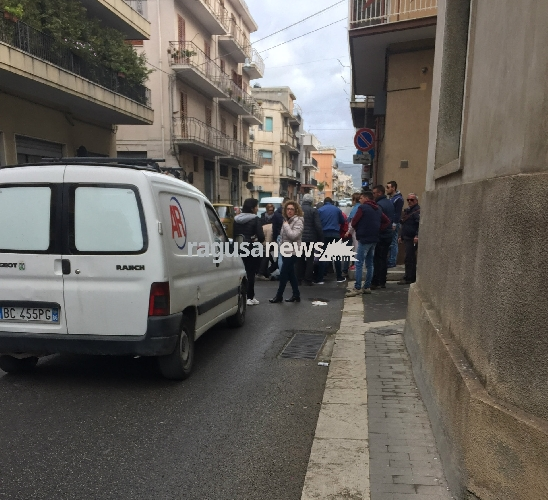 http://www.ragusanews.com//immagini_articoli/07-03-2017/incidente-auto-travolge-anziano-tubo-metano-altra-auto-500.jpg