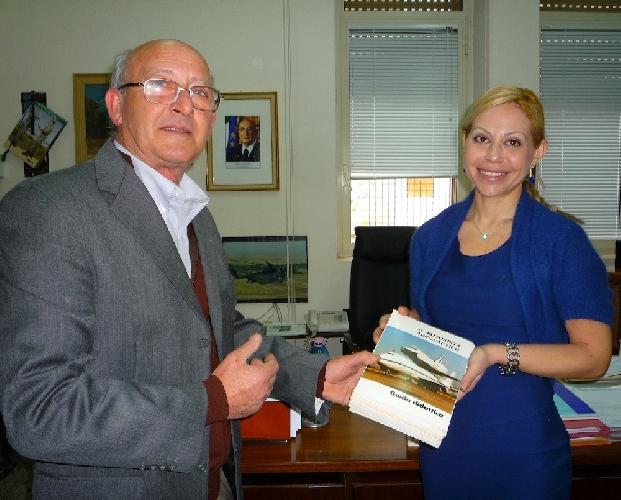 http://www.ragusanews.com//immagini_articoli/07-04-2014/i-libri-donati-da-boccadifuoco-al-besta-500.jpg