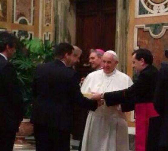 http://www.ragusanews.com//immagini_articoli/07-04-2014/il-grillino-piccitto-chiede-la-benedizione-a-papa-francesco-500.jpg