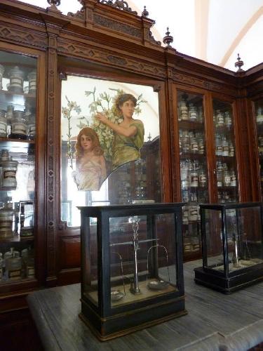 http://www.ragusanews.com//immagini_articoli/07-04-2014/una-nuova-associazione-culturale-apre-lantica-farmacia-del-commissario-montalbano-500.jpg