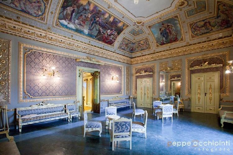 https://www.ragusanews.com//immagini_articoli/07-04-2015/palazzo-bonelli-un-pezzo-di-citta-proibita-aperto-al-pubblico-500.jpg