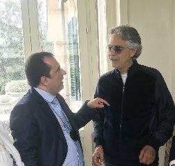 https://www.ragusanews.com//immagini_articoli/07-04-2020/andrea-bocelli-a-pasqua-cantero-duomo-di-milano-240.jpg