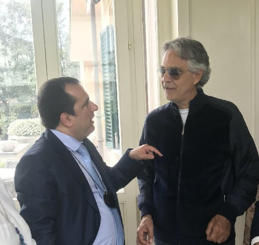 https://www.ragusanews.com//immagini_articoli/07-04-2020/andrea-bocelli-a-pasqua-cantero-duomo-di-milano-500.jpg