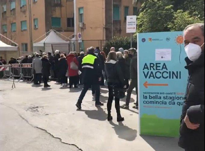 https://www.ragusanews.com//immagini_articoli/07-04-2021/ragusa-multe-alla-gente-in-coda-per-il-vaccino-video-500.jpg