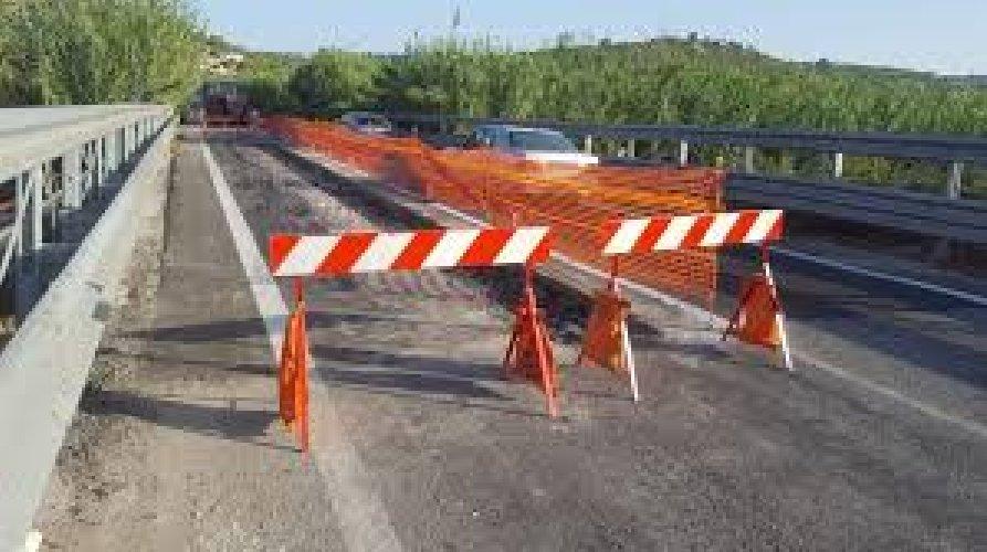 https://www.ragusanews.com//immagini_articoli/07-05-2019/chiuso-di-giorno-il-ponte-fiume-ippari-500.jpg